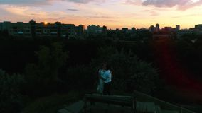 Молодые танцы жениха и невеста на антенне захода солнца акции видеоматериалы