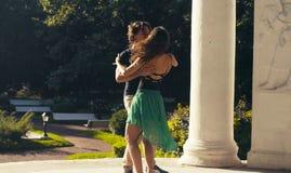 Молодые танцы пар в парке стоковое изображение rf