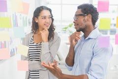 Молодые творческие бизнесмены говоря друг к другу Стоковые Фотографии RF