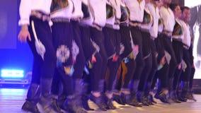 Молодые турецкие танцоры в традиционном костюме видеоматериал