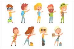 Молодые туристские люди нося комфортабельное перемещение оборудуют положение при знак путешествовать, путешествующ вектором шаржа иллюстрация вектора