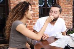Молодые туристы есть завтрак на таблице ресторана вне стороны Стоковые Изображения RF