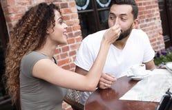 Молодые туристы есть завтрак на таблице ресторана вне стороны Стоковая Фотография RF