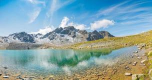 Молодые туристы идя вокруг озера в долине Muragl стоковое изображение