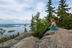 Молодые туристы на холме покрывают в национальном парке Koli стоковые изображения