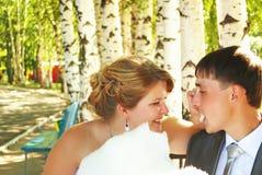 Молодые укусы пар и потеха иметь в парке. стоковое изображение