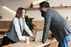 молодые успешные деловые партнеры имея переговор стоковые фотографии rf
