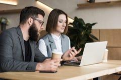 молодые успешные деловые партнеры имея переговор стоковое фото
