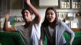 Молодые футбольные болельщики пар чувствуют счастливыми о любимой команде выиграть акции видеоматериалы