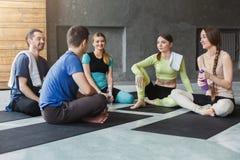Молодые человеки и женщины имея остатки после тренировки фитнеса стоковые изображения rf