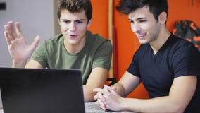 Молодые человеки videochatting на ПК компьтер-книжки Стоковые Фото
