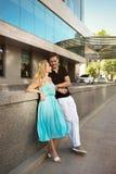 Молодые человек и женщина пар встречали в квадратной стойке около bui Стоковая Фотография