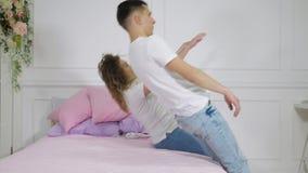 Молодые человек и женщина пар падают на кровать, замедленное движение акции видеоматериалы