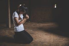 Молодые человеческие руки моля к богу, христианской предпосылке концепции вероисповедания стоковое фото
