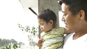 Молодые шоу отца и объяснить его маленькую дочь Папа играя с его ребенком дома акции видеоматериалы