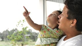 Молодые шоу отца и объяснить его маленькую дочь Папа играя с его ребенком дома сток-видео