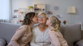 Молодые щеки женщины и бабушки ребенк целуя, обнимая совместно, любовь видеоматериал