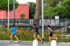 Молодые joggers тренируя outdoors стоковое изображение rf