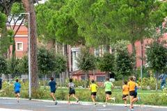 Молодые joggers тренируя outdoors стоковая фотография rf