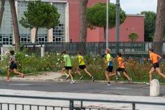 Молодые joggers тренируя outdoors стоковое изображение