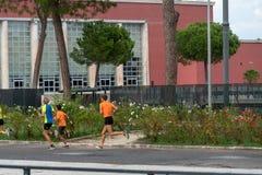 Молодые joggers тренируя outdoors стоковая фотография