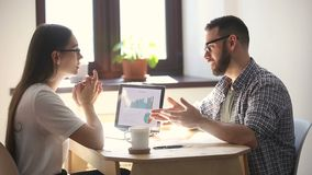 Молодые millennials обсуждая в офисе, делая handshaking согласования нового партнера видеоматериал