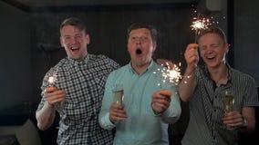 Молодые sparkles удерживания мужчины Они счастливые и имеют выразительные положительные эмоции акции видеоматериалы