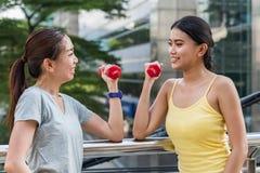2 молодых азиатских женщины смотря один другого стоковые фотографии rf