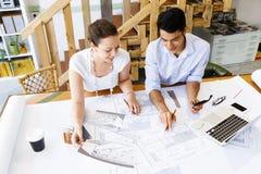 2 молодых архитектора в офисе Стоковое Изображение