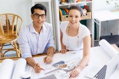 2 молодых архитектора в офисе Стоковое Изображение RF
