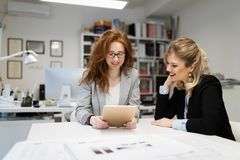 2 молодых архитектора работая совместно в офисе Стоковое Изображение