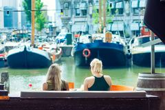2 молодых белокурых женщины выпивая холодный напиток, Роттердам h Стоковые Фотографии RF