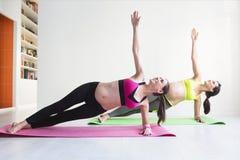 2 молодых беременной женщины делая тренировки фитнеса Стоковая Фотография