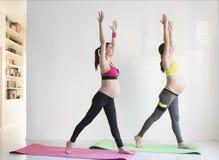 2 молодых беременной женщины делая тренировки фитнеса Стоковое Изображение RF