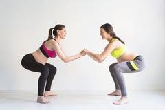2 молодых беременной женщины делая тренировки фитнеса Стоковые Фото
