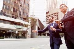 2 молодых бизнесмена окликая для такси стоковые изображения rf