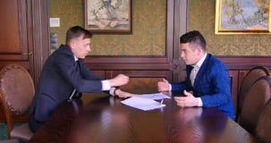 2 молодых бизнесмена пробуют прийти к согласованию и найти компромисс, но они проклинают, клекот, воюют Офис видеоматериал
