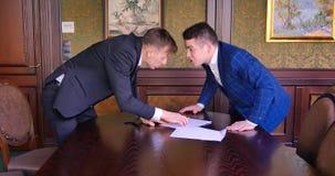 2 молодых бизнесмена пробуют прийти к согласованию и найти компромисс, но они проклинают, клекот, воюют Офис акции видеоматериалы