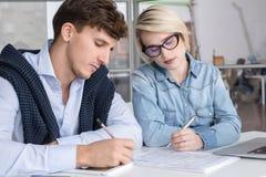2 молодых бизнесмены работая в офисе стоковые изображения rf