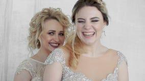 2 молодых взрослых девушки в длинных платьях вечера смеются над в замедленном движении видеоматериал