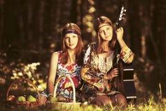 2 молодых девушки моды с корзинами плодоовощ в лесе лета Стоковые Фотографии RF