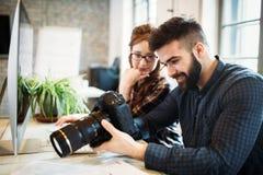 2 молодых дизайнера работая в современном офисе стоковые изображения