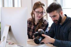 2 молодых дизайнера работая в современном офисе Стоковое Изображение