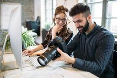 2 молодых дизайнера работая в современном офисе Стоковые Фотографии RF