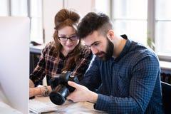 2 молодых дизайнера работая в современном офисе Стоковое Фото