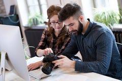 2 молодых дизайнера работая в современном офисе Стоковое Изображение RF