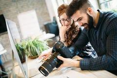 2 молодых дизайнера работая в современном офисе Стоковая Фотография RF