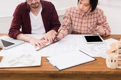 2 молодых дизайнера работая на проекте совместно Стоковое Фото
