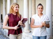 2 молодых друз женщин все вместе на школе Стоковые Фотографии RF