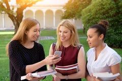 3 молодых друз женщин все вместе Стоковое Фото
